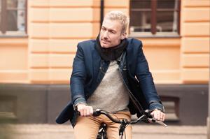Der Fahrradhelm im Kragen!
