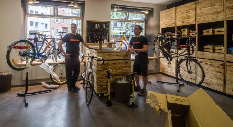 San und Albert bei der Arbeit in der neuen Radfieber Werkstatt